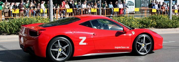 Presentkortet gäller för en körtur i en Ferrari